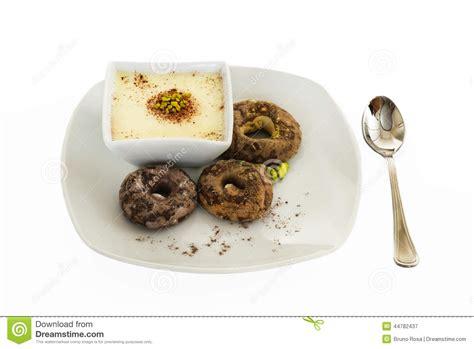 dessert blanc de chocolat avec la pistache et les biscuits