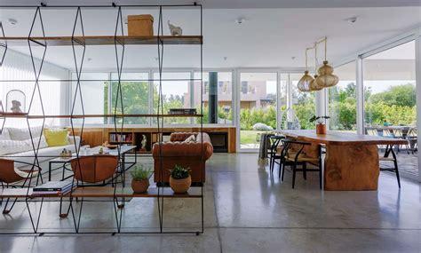 una casa moderna abierta  luminosa comedor living