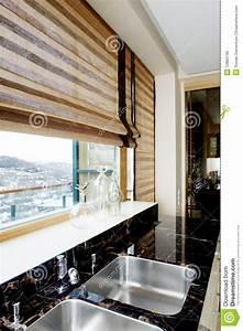 Küche Möbel : moderne m bel der k che mit einem gro en fenster ~ Pilothousefishingboats.com Haus und Dekorationen