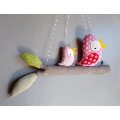 mobile chambre bébé mobile fait avec des oiseaux perchés sur leur