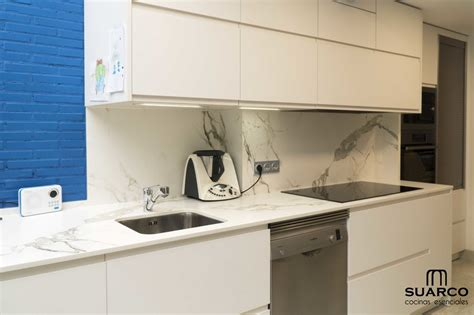 cocina blanca sin tiradores  dekton cocinas suarco