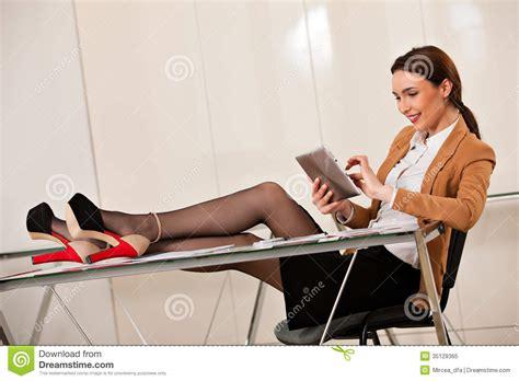 affaire de bureau femme d 39 affaires tenant des jambes sur le bureau image