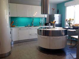 ilot cuisine rond une cuisine design fenix noir avec verrière