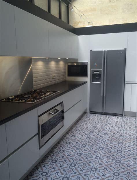cuisine blanc mat cuisine coloris blanc mat et plan de travail granit noir