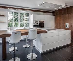 cuisine blanche idees deco pour rechauffer l39ambiance With deco cuisine avec chaises blanches pied bois