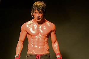 Shah Rukh Khan shares a glimpse of his body for Raees ...