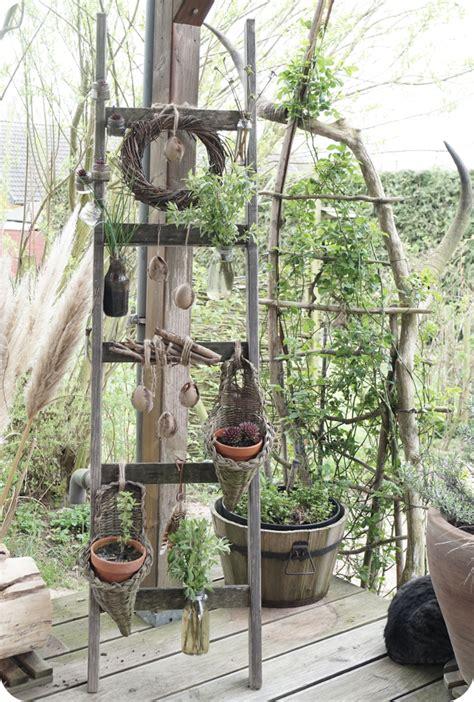 pflanzen zum aufhängen alte holzleiter zum aufh 228 ngen blumen und pflanzen osterdeko fr 252 hlingsdeko diy deko