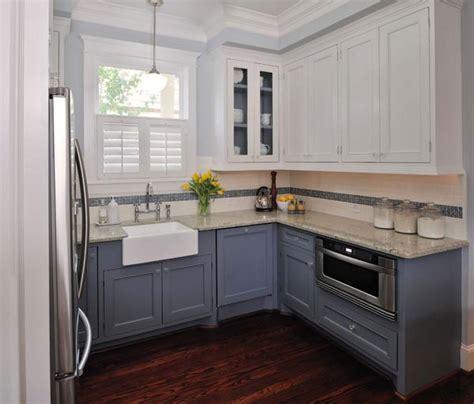 two different colored cabinets in kitchen mała kuchnia w bloku porady jak zaprojektować 9501