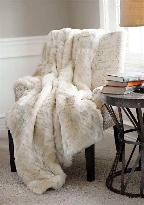 plaid pour recouvrir canapé le plaid fausse fourrure confort pour vous et style