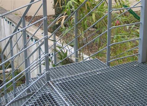 escalier en caillebotis metallique les marches ehi escalier h 233 lico 239 dal industriel