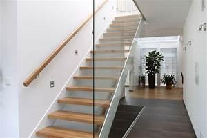 Treppenstufen Aus Glas : treppenaufgang mit glas trennwand gro z gige stadtvilla einrichtung in 2018 pinterest ~ Bigdaddyawards.com Haus und Dekorationen