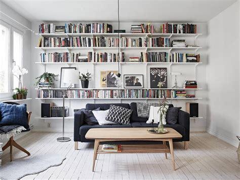 chambre montana déco maison une bibliothèque avec des étagères ranger