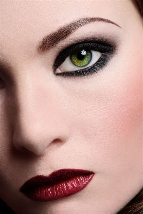 Как использовать красные тени в макияже . . Модный мейкап без эффекта воспаленных глаз.