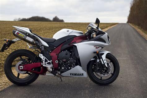 Suzuki Vs Yamaha by Motorfreaks Test Yamaha R1 Vs Suzuki Gsx R1000 Yamaha R1