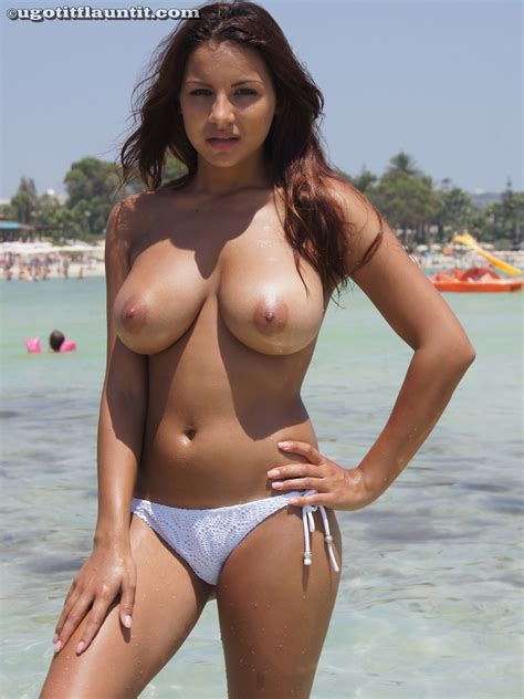 Big Boobs On Sexy Topless Amateur Beach Babe Nude