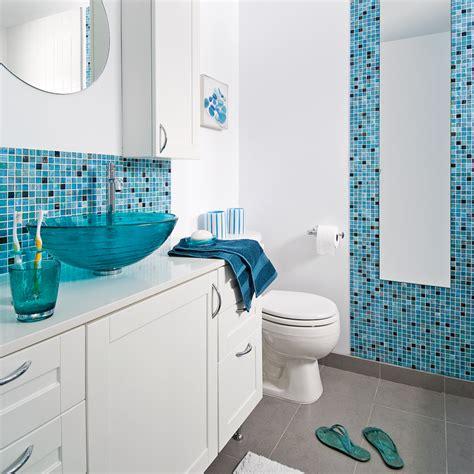 cuisine blanche plan de travail gris faience salle de bain bleu ciel