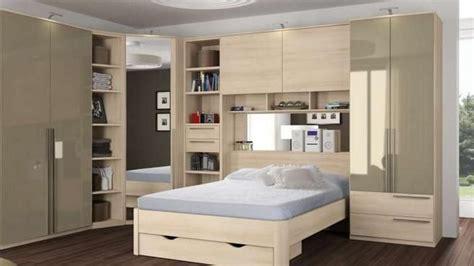 placard rangement chambre des placards de rangement autour du lit photos