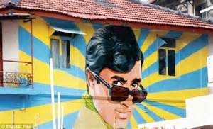 wall  fame artist paints giant tribute  bollywood