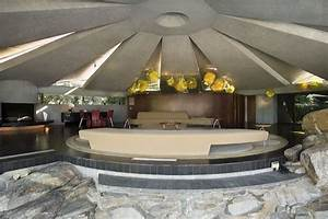The Elrod House in Palm Springs remarkably mimics a UFO ...