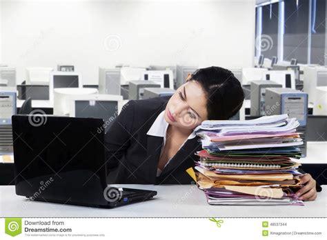 dans le bureau l 39 employé féminin dort dans le bureau photo stock image