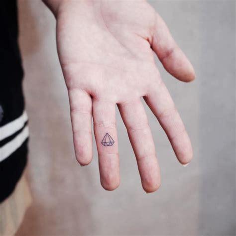 tatouage diamant doigt homme