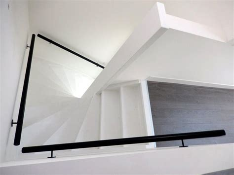 Wit houten trap met zwarte leuning ST50   TRAPPENKOPEN.nl