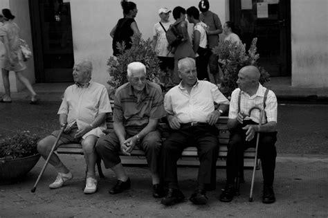 Immagini Panchine by Ragazzi Sulla Panchina Foto Immagini Essere Anziani B