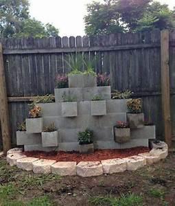 bloc beton pour la deco de jardin en 30 idees creatives With chambre bébé design avec cloture pour massif fleurs