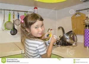 Cuisine Pour Petite Fille : la petite fille dans la cuisine fait la vaisselle photo ~ Preciouscoupons.com Idées de Décoration