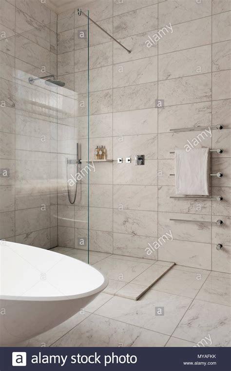 Marmor Fliesen Im Modernen Badezimmer Stockfoto, Bild