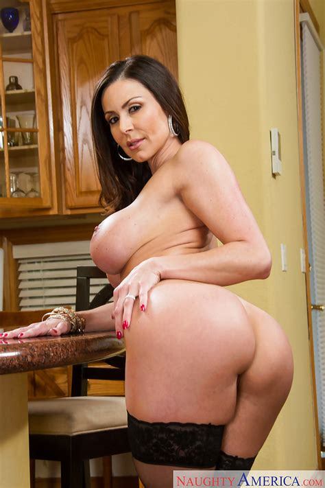 Busty Milf Kendra Lust Shows Her Pretty Fuckable Booty On