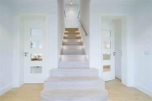 Treppen Im Haus : der grundriss wird im erdgeschoss mittig von der ~ Lizthompson.info Haus und Dekorationen