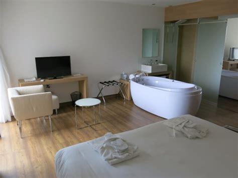vaste et claire chambre avec baignoire jacuzzi en plus de