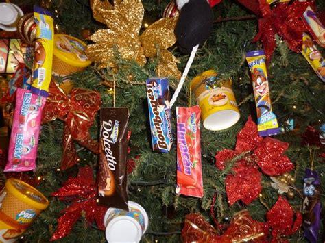 arbol de navidad adornado con dulces para el hogar