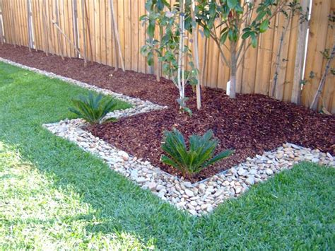wood chips and stones for the front hedge garden