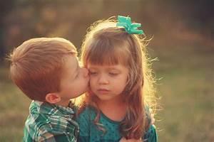 Junge Mädchen Fotos : foto kleine m dchen junge kuss kinder ~ Markanthonyermac.com Haus und Dekorationen