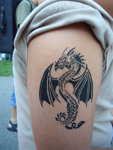 drachen oberarm airbrush tattoos zauberkunst comedy mit zauberer thomaselli