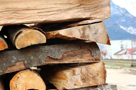 Holz Dekorativ Stapeln by How To Stack And Protect Firewood For Winter 5 Steps