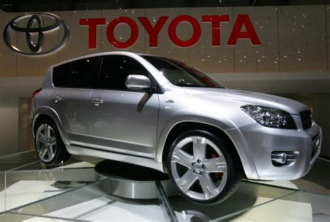 worlds largest automaker toyota  losing  market share