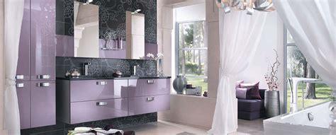 une salle de bain luxueuse en parme