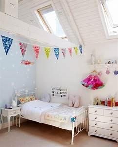 Wimpelkette Stoff Kinderzimmer : bunte wimpelkette im kinderzimmer ~ Whattoseeinmadrid.com Haus und Dekorationen