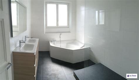 salle de bain avec douche italienne et baignoire dangle