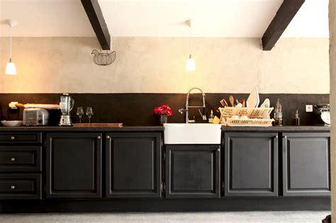 transformer sa cuisine transformer une cheminee rustique en contemporaine