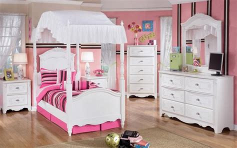 Cute-small-canopy-bed-white-bedroom-furniture-for-girls