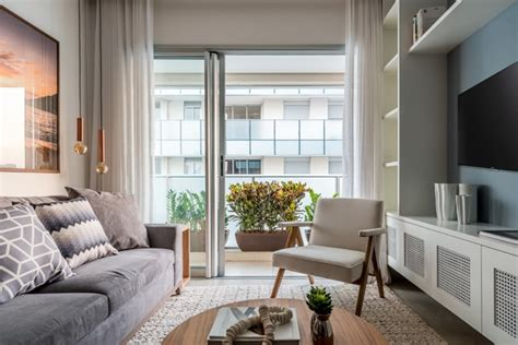 sala sofa cinza e poltrona azul apartamento pequeno tem diferentes tons de cinza e parede