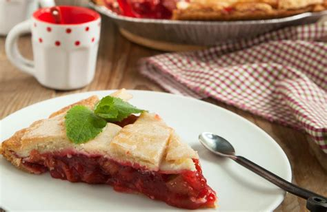 recette traditionnelle cuisine americaine tourte rhubarbe et fraises ou strawberry and rhubarb pie une tarte américaine les recettes de