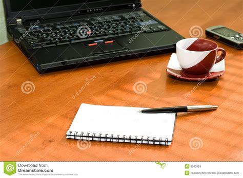 ordinateur portable de bureau table de bureau avec l 39 ordinateur portable cahier images