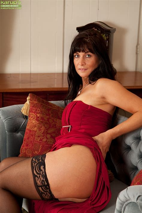 Gorgeous cougar Lelani Tizzie naked in stockings.