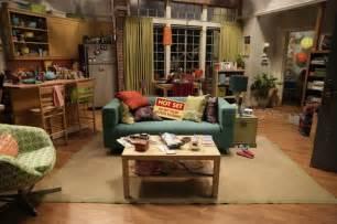 Ikea Lack Sofa Table by ビックバン セオリー 映画 ドラマのおしゃれ部屋に学ぶ インテリア 部屋づくり Naver まとめ