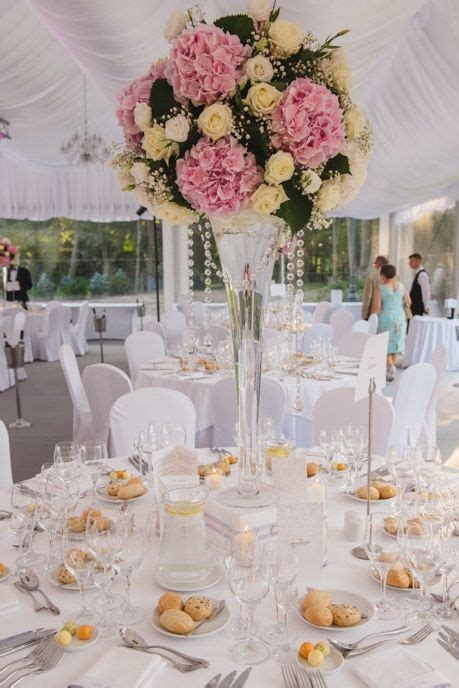 decoration florale avec ruban satin centre de table en hauteur chic et raffin 233 mariage chic tables et centre